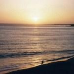 セネガルの首都「ダカール」の黄色の海岸で、大西洋に沈む夕陽を眺める【セネガル】