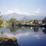 湖に映った7000m級のヒマラヤの姿、ポカラの町【ネパール】