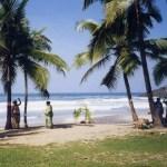 「椰子の国」ケララ州の楽園「コヴァーラム・ビーチ」の海【南インド】