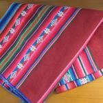 アンデス地方の布、ボリビアの「マンタ」とタキーレ島の織物ベルト