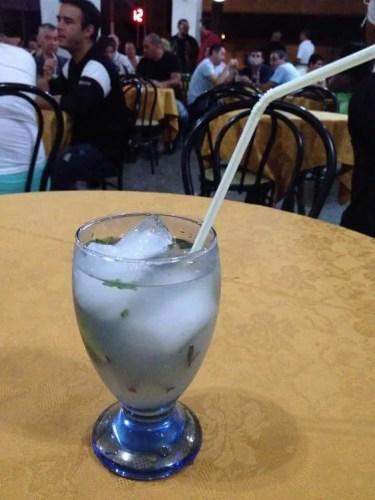 ホテル近くの食堂で夕食。さっそくモヒートを注文。 【キューバ Cuba】