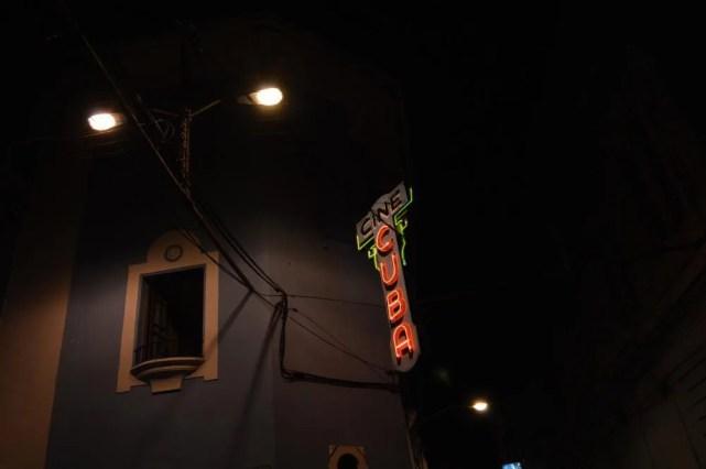 ネオンサイン「シネクーバ」、サンティアゴ・デ・クーバの風景 【キューバ Cuba】