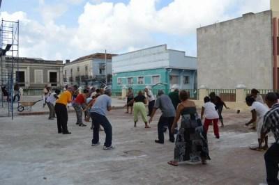 カテドラル前での体操、サンティアゴ・デ・クーバの風景 【キューバ Cuba】