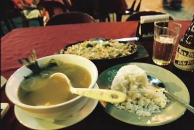 フィリピン、ビガン。ビガンで夕食、シニガンとシシグを食べ、サンミゲルビールを飲む