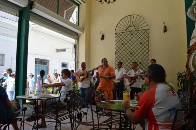レストランで音楽を聴く、ハバナ旧市街の風景 【キューバ Cuba】