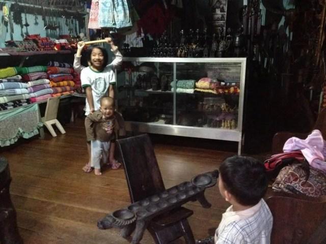 フィリピン、バナウェ。タムアン村の子供たち
