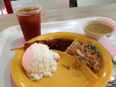 フィリピン、マニラ。ロビンソンモール内のフードコートでフィリピン食を食べる。