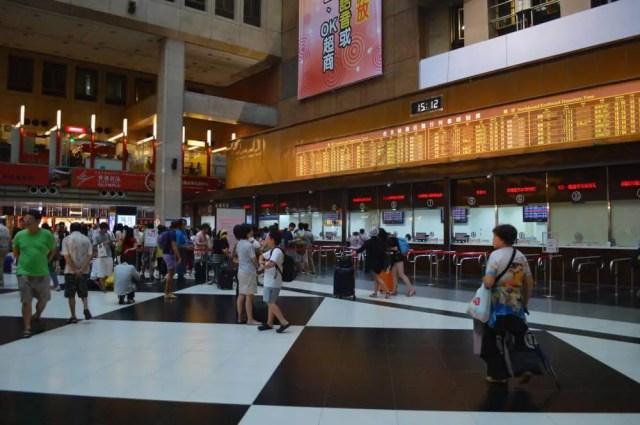 台北駅1階ホール。台鉄の切符売り場がある。【台湾・台北】