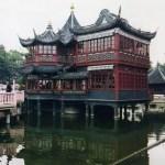 華やかな中国風の商店街「豫園商城」を歩き、うねうねとした「龍壁」を見る【上海】