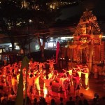 西新宿の高層ビル街でバリ島の伝統舞踊劇を観る「ケチャまつり」
