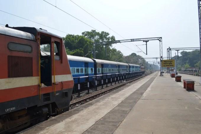 列車でアレッピーヘ(南インド・ケララ州6)