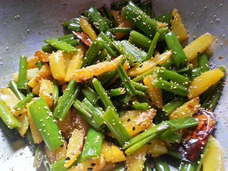 add poppy seeds for Aloo pyaj koli bhaja recipe