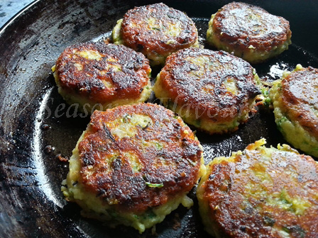 Golden brown khichdi tikkis