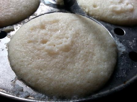 Remove idlis from idli plates