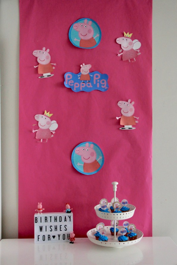 Peppa Pig Birthday Decorations, cupcakes and sign display