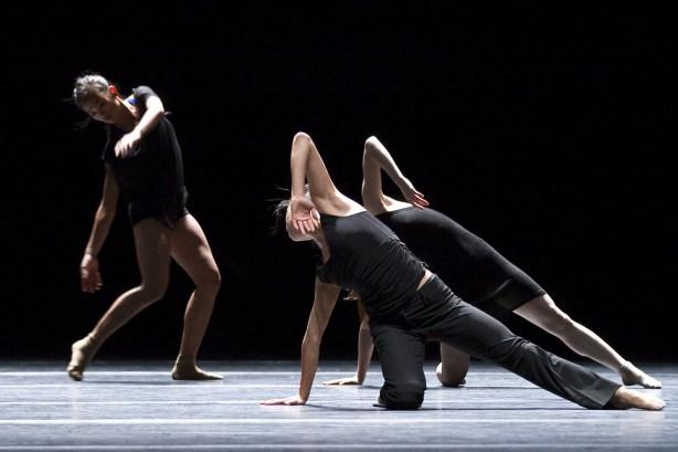 Ballet du Grand Théâtre de Genève in Preludes et fugues Photo by Vincent Lepresle