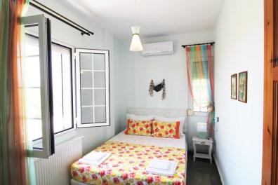 Спальня с двуспальной кроватью на 2 этаже, Вилла Релакс, Тасос