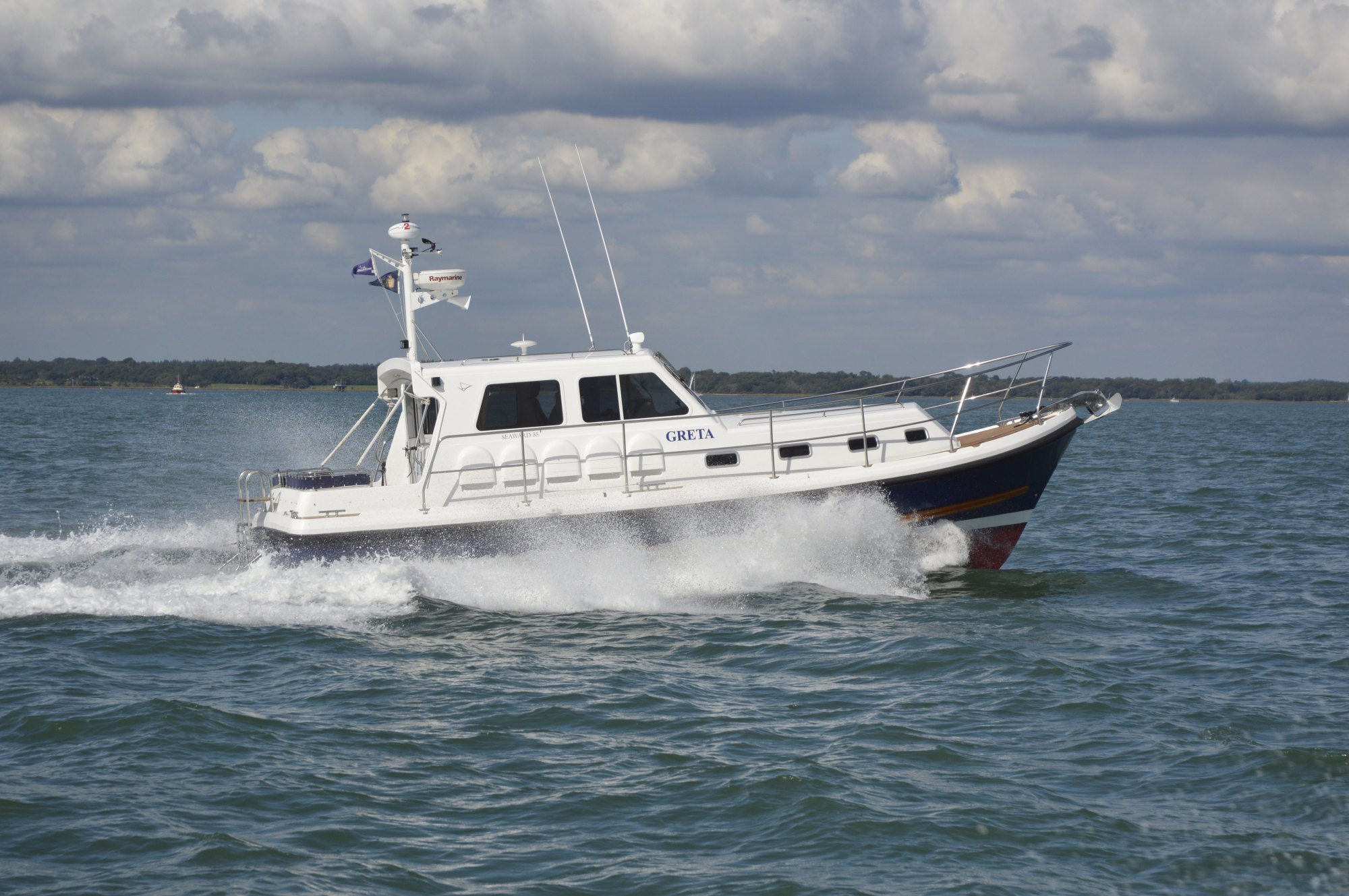 hight resolution of the latest seaward nelson 35 e18 twin screw all weather motor cruiser at speed in the solent