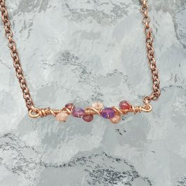 Bar necklace in copper with gemstone chips