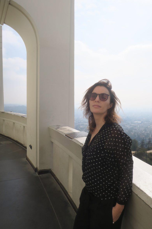Femme qui pose au Griffith Observatory
