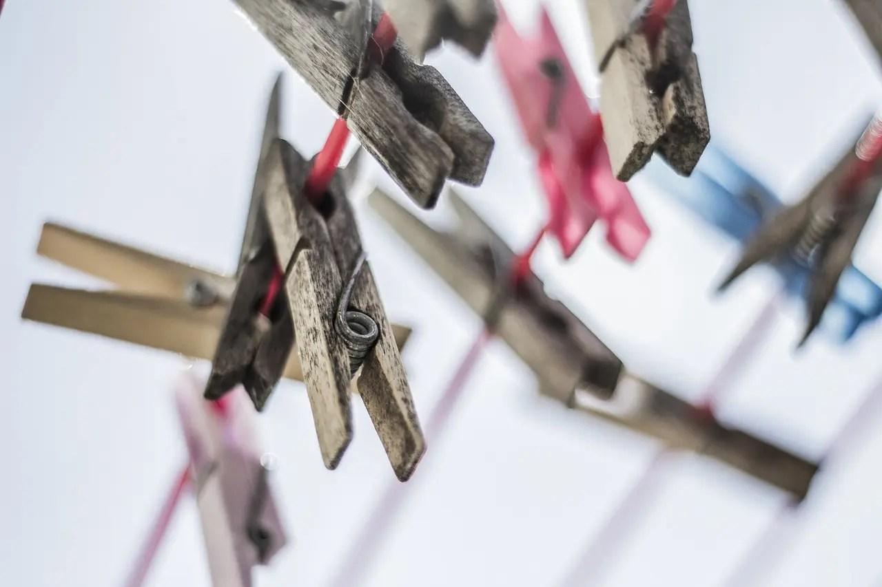 Pinces à linge en bois sur un fil