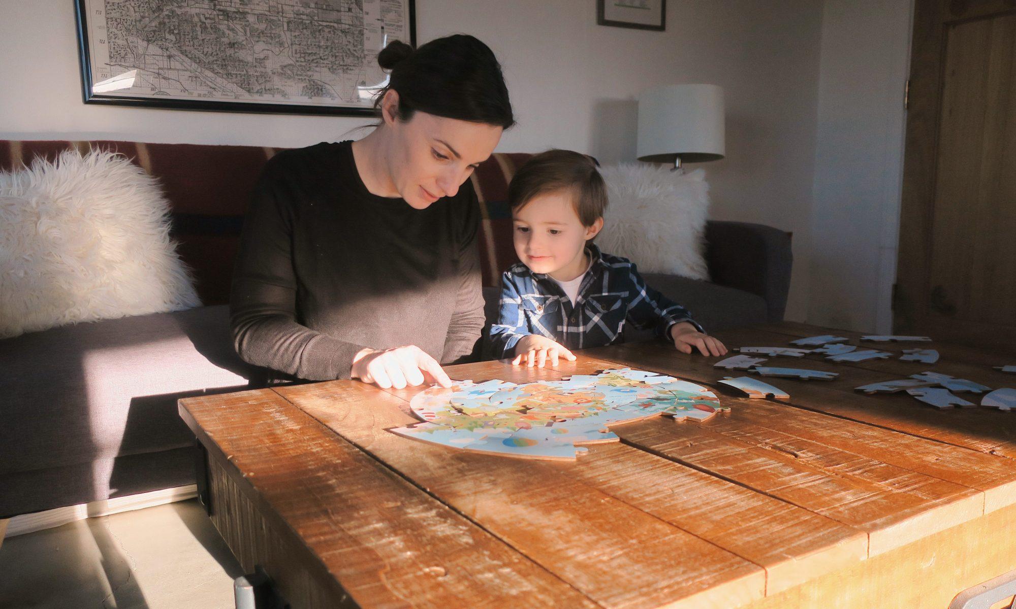 Maman et enfant faisant un puzzle