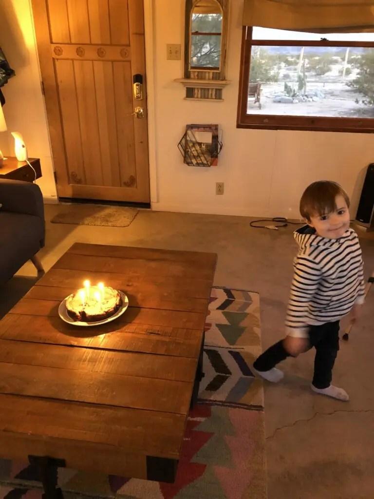 Enfant et gateau d'anniversaire avec bougies allumées
