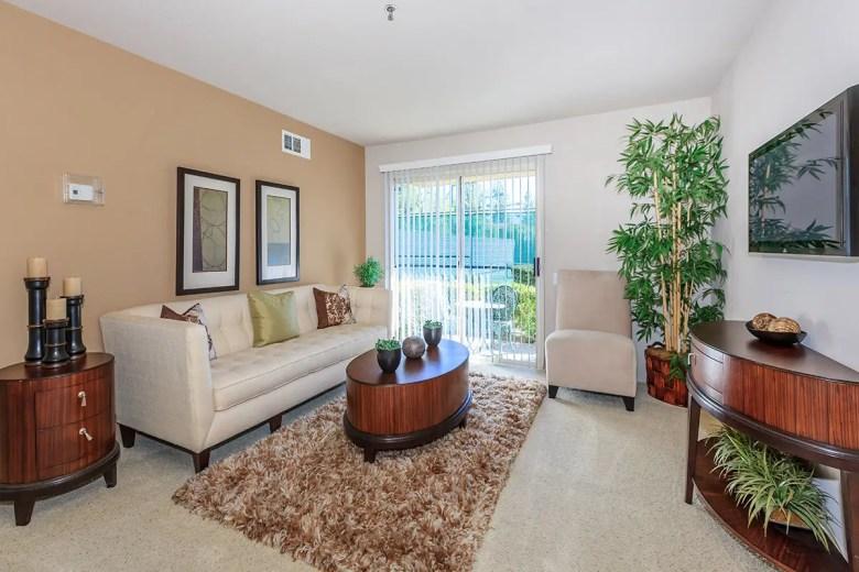 Salon avec canapé et télévision