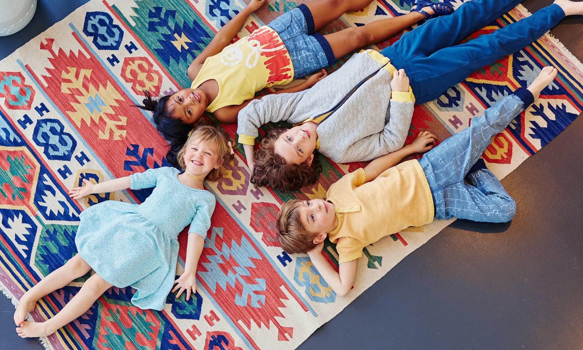 Enfants couchés sur le sol dans les vêtements Bonjour Maurice