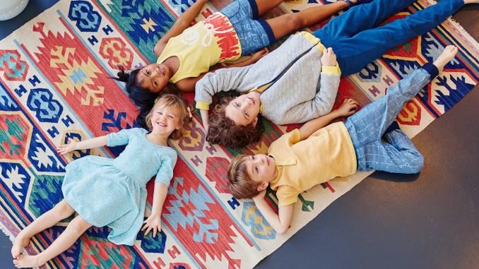 Enfants couchés sur le sol dans les vêtements Bonjour Maurice - maurice photo principale