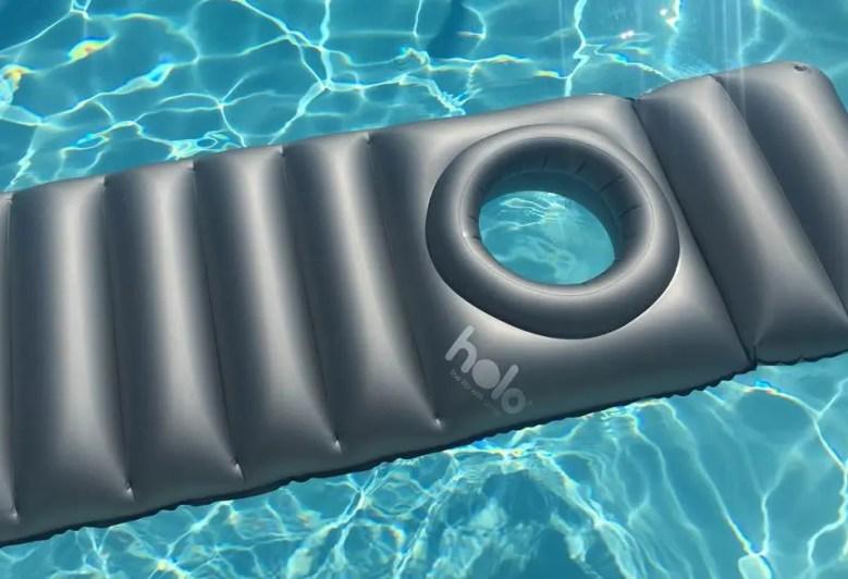 Matelas pour la piscine destiné aux femmes enceinte avec un trou pour mettre le ventre