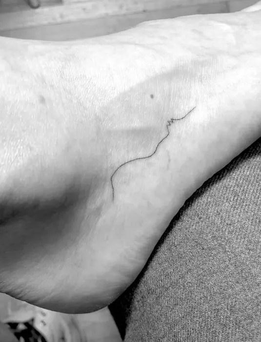 Tatouage de Winter Stone sur le pied de Mandy Moore