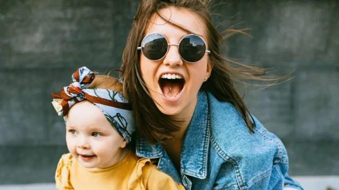 maman avec enfant fière - mode lunettes de soleil amour femme