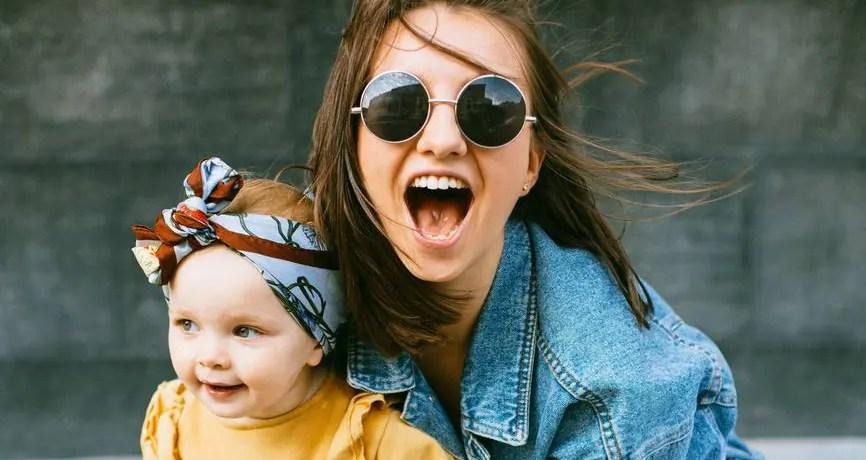 maman avec enfant fière