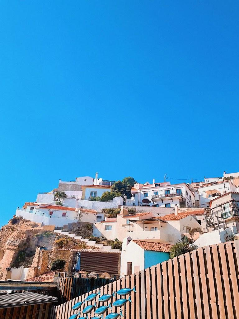 azenhas do mar au portugal, le joli village aux maisons blanches