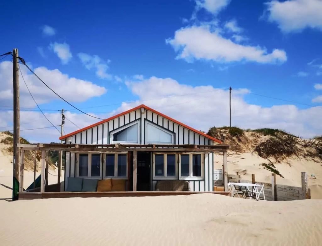cabanes de rêve sur la plage de la costa da caparica au portugal
