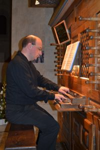 Sébastien Maigne jouant de l'orgue