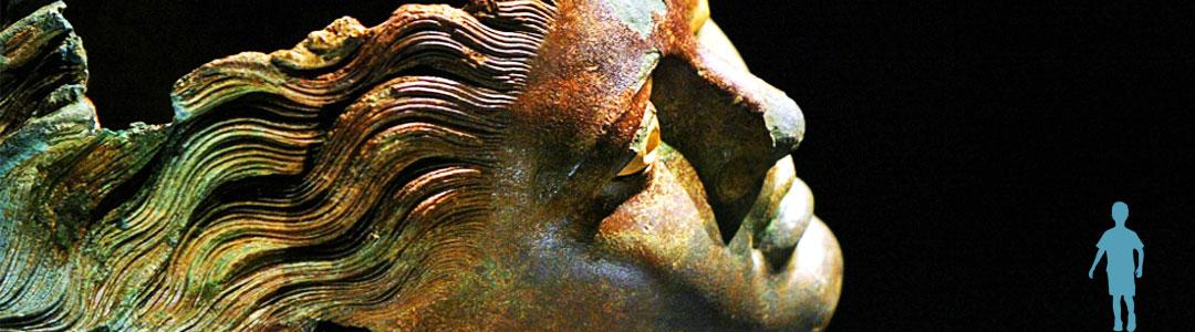 visage en bronze symbolisant l'individu et la propriété sociale
