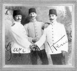Mustafa Kemal, arkadaşları Halil ve Müfit ile (1906)