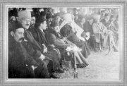 Mustafa Kemal, Ankara'da bir töreni izliyor (1920)