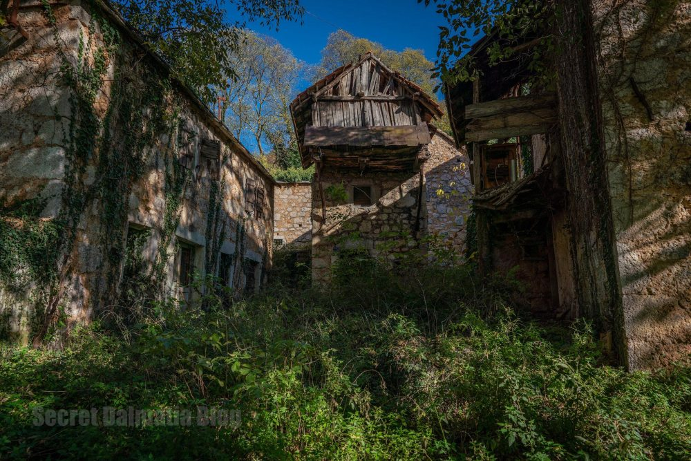 Popovici village abandoned houses