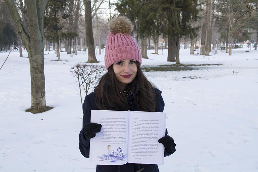 cititoare in parc cu carte in mana