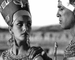 Nefertiti_and_Akhenaten_BW