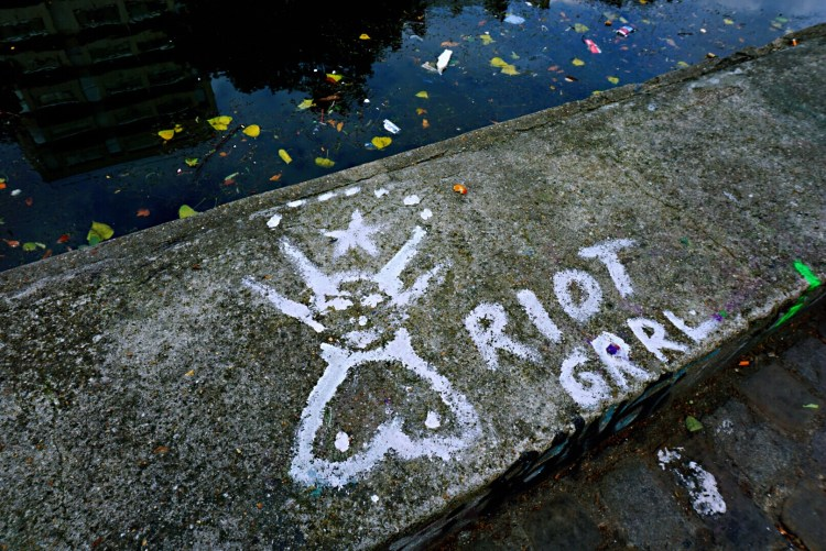 Tag on the banks' cement - Canal saint martin
