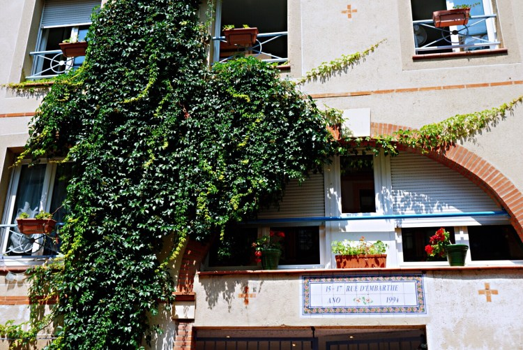Building covered in climbing plants - Visit Occitanie