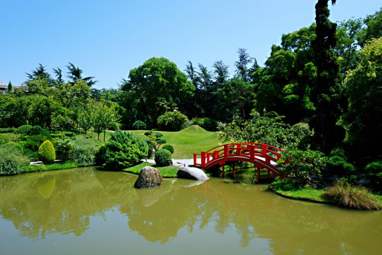 Japanese garden with red bridge in Toulouse - Visit Occitanie