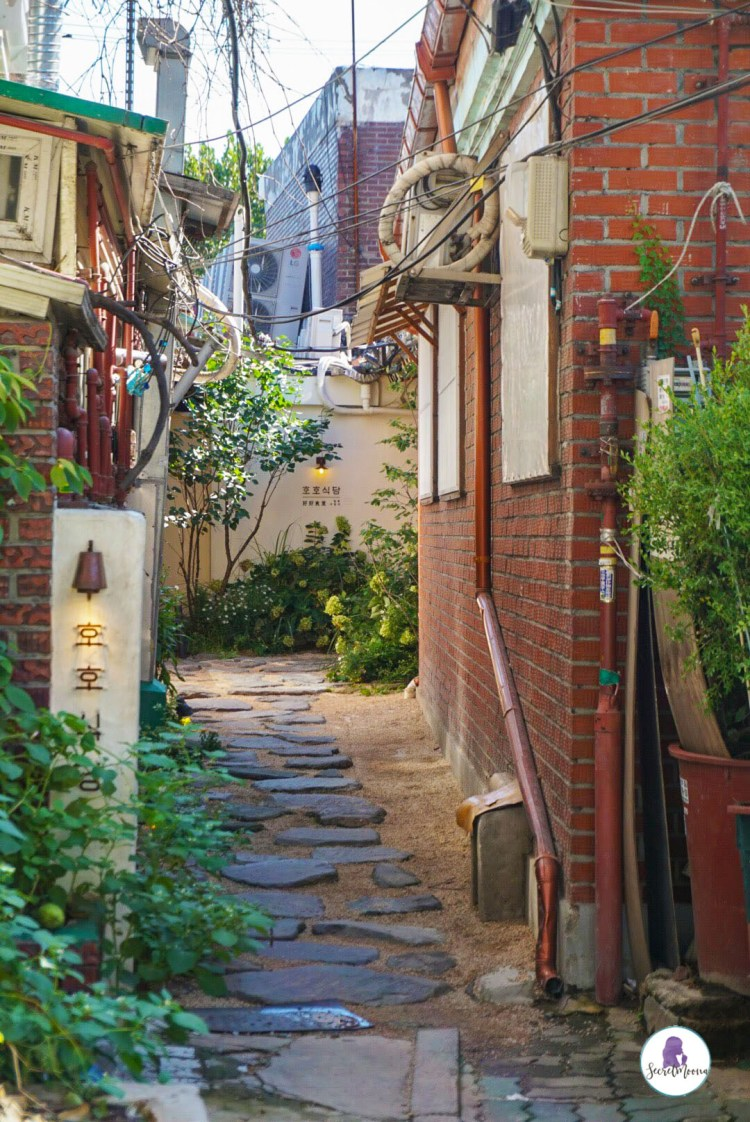 Small alley in Insadong, Seoul - Three days in Seoul is the ideal amount of time to explore the modern yet traditional city. This Seoul 3 day itinerary explores all the things to do. #Seoul #SouthKorea #SeoulItinerary