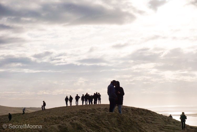 People at the top of Dune du Pilat, couple at front