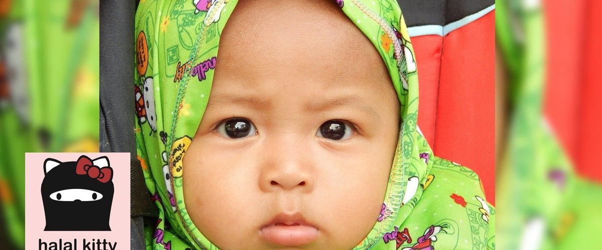Halal Kitty : ces foulards/hijabs pour bébés qui rencontrent un énorme succès en France et créent la polémique