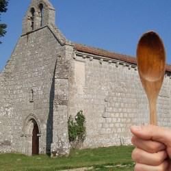 Un facteur attaqué à la cuillère en bois devant une chapelle dans la Creuze